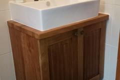 Kehtenel-puit-vannitoa kapp